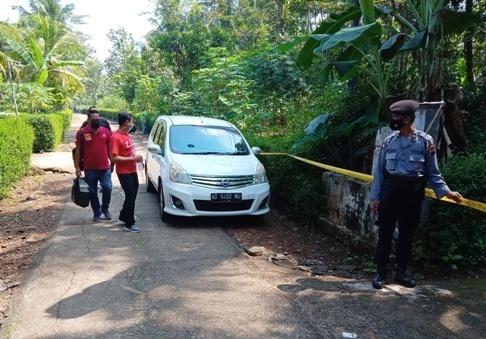 ANALISA: Tiga dokter forensik dari RS Dr. Moewardi Surakarta mendatangi TPU Dusun Brongkol, Desa Kwangsan Kecamatan Jumapolo, Kamis (27/5/2021) untuk melakukan otopsi terhadap jenazah Ridwan.(PUJOKO/LINGKAR)