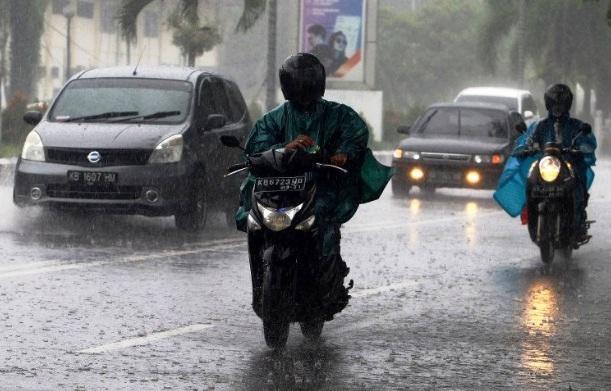 Sejumlah kendaraan menembus hujan di Pontianak, Kalimantan Barat, Kamis (15/4/2021).(ANTARA/LINGKAR)