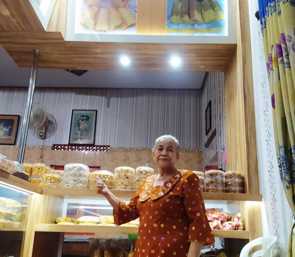 Ibu Basuki menunjukkan sejumlah roti produksinya.(DOK ISTIMEWA/LINGKAR)