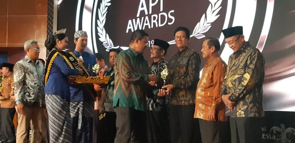 Perwakilan dari Dinas Kepemudaan, Olahraga dan Pariwisata Kabupaten Pati tengah menerima penghargaan Anugrah Pesona Indonesia Tahun 2020. Dinporapar Pati For Lingkar.co