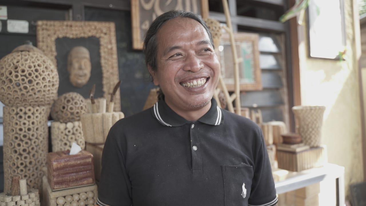 INOVASI: Ranu Adi warga asli Kabupaten Pati ini, hasilkan aneka kerajinan tangan berbahan dasar bonggol jagung. (ISTIMEWA/LINGKAR.CO)