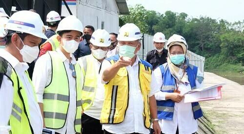 TINJAU: Menteri Pekerjaan Umum dan Perumahan Rakyat (PUPR), Basoeki Hadimoeljono meninjau proyek pembangunan Pintu Air Demangan, Solo, Sabtu (12/6). (ISTIMEWA/LINGKAR.CO)