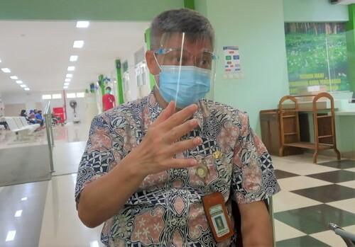 MENJELASKAN: Wakil direktur pelayanan Rumah Sakit Kartini saat menerangkan terkait Vaksinasi yang berjalan di Instalasinya. (ADHIK KURNIAWAN/LINGKAR.CO)