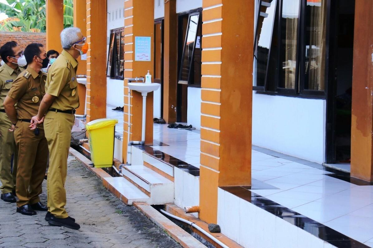 TINJAU: Gubernur Jateng Ganjar Pranowo didampingi Bupati Kudus HM. Hartopo saat mengecek sejumlah layanan kesehatan di Kabupaten Kudus baru-baru ini. (ISTIMEWA)