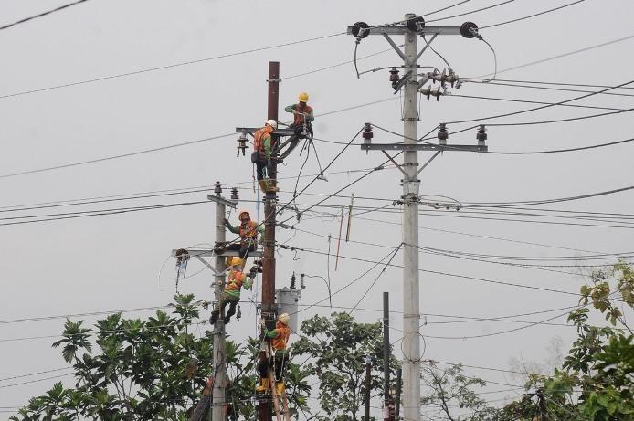 ANGGARAN: Sejumlah pekerja memperbaiki jaringan listrik di Boyolali, Jawa Tengah, Selasa (25/5/2021).(ANTARA/LINGKAR)