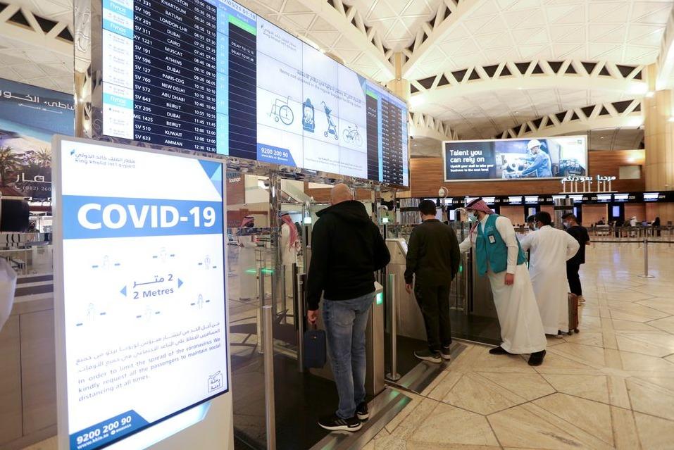 AKTIVITAS: Warga negara Saudi memindai dokumen mereka di gerbang imigrasi digital di Bandara Internasional Raja Khalid, beberapa waktu lalu. (REUTERS/LINGKAR.CO)