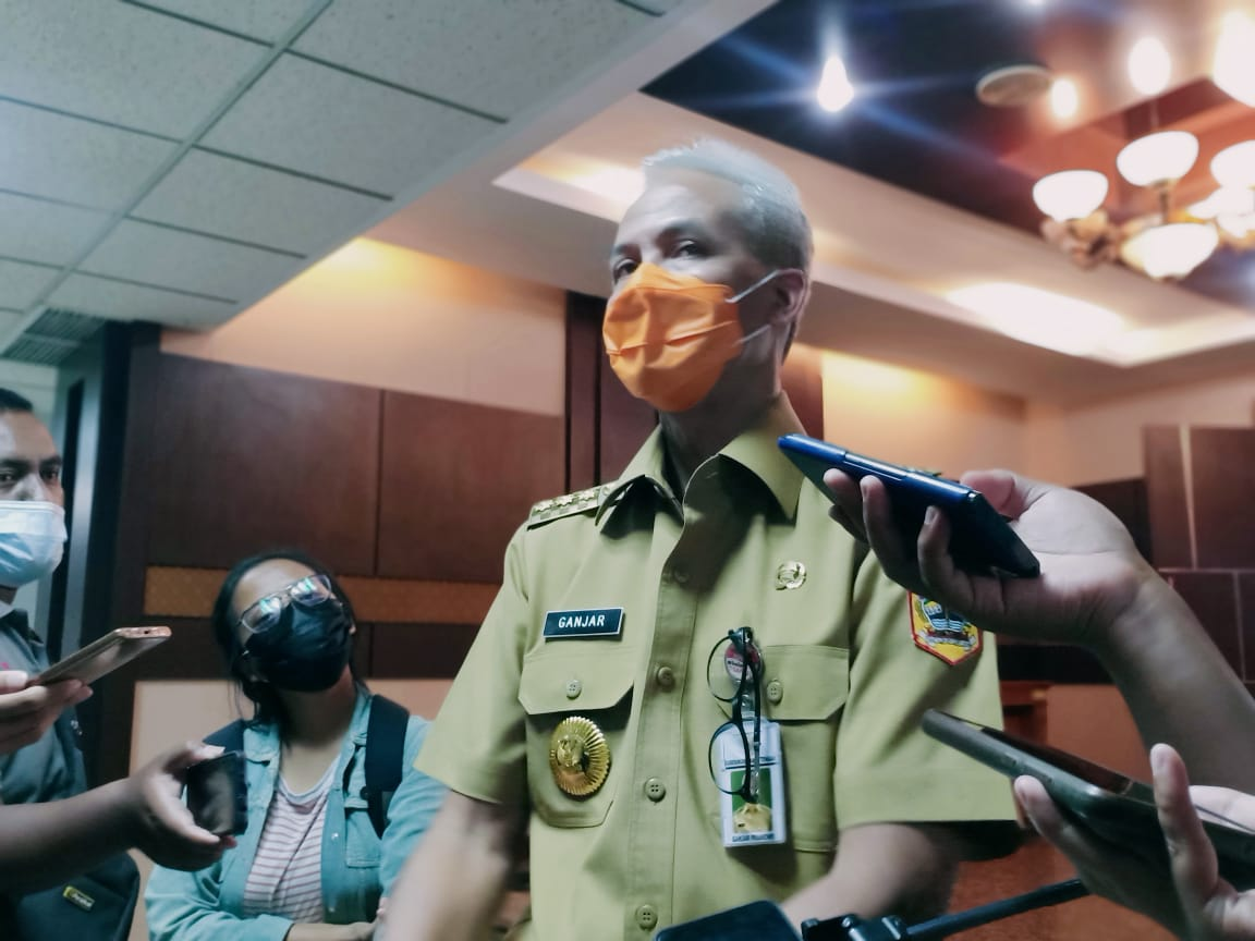 MENGUNGKAPKAN: Gubernur Jawa Tengah, Ganjar Pranowo, usai menghadiri rapat penanggulangan covid-19, beberapa waktu lalu. (REZANDA AKBAR D/LINGKAR.CO)
