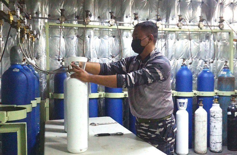 PROSES: Pengisian oksigen oleh awak kapal KRI dr. Soeharso di Pelabuhan Tanjung Emas Semarang, Rabu (29/7/2021). Kebutuhan oksigen di Kota Semarang mulai berkurang. (DINDA RAHMASARI TUNGGAL SUKMA/LINGKAR.CO)