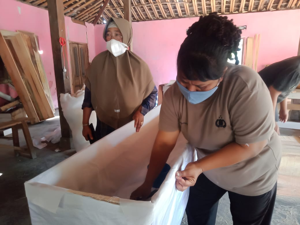 PRODUKSI: Yeni Jannah (kiri belakang), pelaku usaha peti jenazah 'Albabul Jannah di daerah Lalung, Kabupaten Karanganyar. (PUJOKO/LINGKAR.CO)