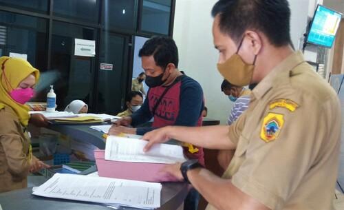 PROKES: Pelayanan pengajuan berkas kependudukan Kantor Disdukcapil Pati yang berlangsung dengan menerapkan protokol kesehatan pakai masker kemarin, Selasa (13/7/21). (IBNU MUNTAHA/LINGKAR.CO)