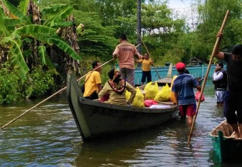 AKSI: Penyaluran bantuan logistik kepada warga terdampak banjir yang terjadi 2014 silam di salah satu wilayah di Kabupaten Pati. (IBNU MUNTAHA/LINGKAR.CO)