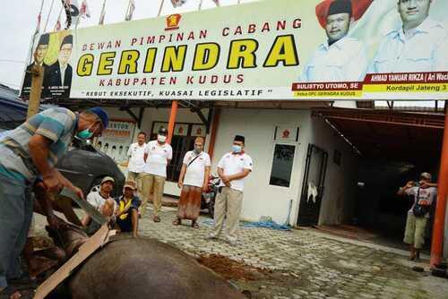 BERKURBAN: Jajaran DPC partai Gerindra Kabupaten Kudus saat penyembelihan hewan qurban di depan Kantor DPC Partai Gerindra Kabupaten Kudus, Kamis (22/07). (ISTIMEWA/LINGKAR.CO)