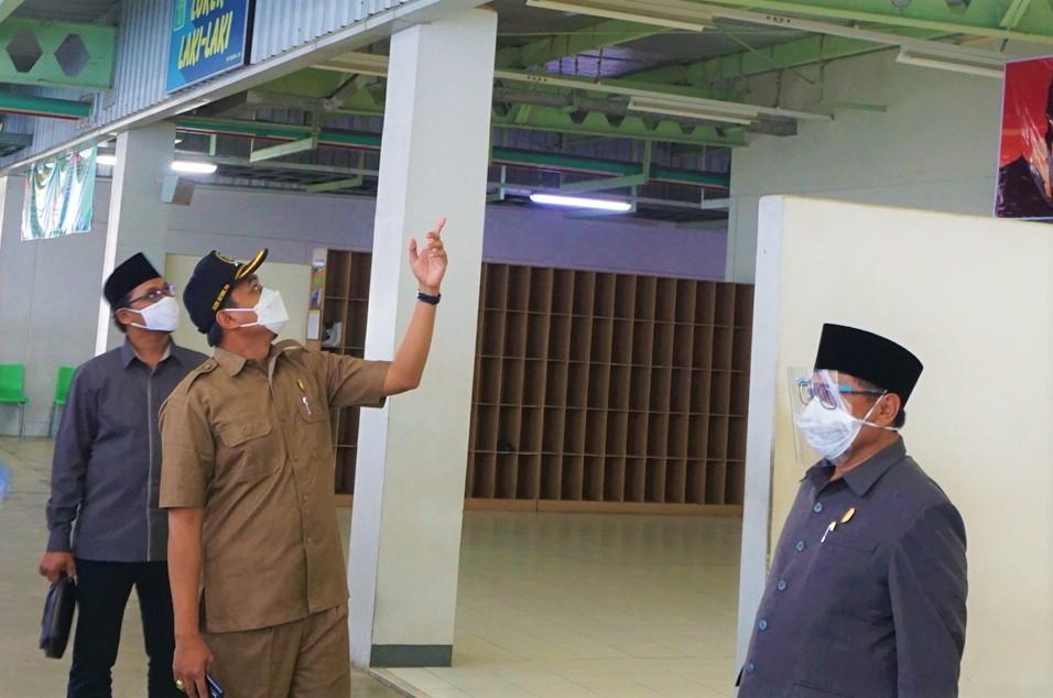MENGECEK : DPRD Jepara saat melihat kondisi tempat ibadah di salah satu perusahaan di Jepara tidak lama ini. (ADHIK KURNIAWAN/LINGKAR.CO)