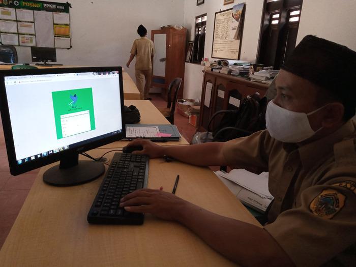 TAMPILAN: Perangkat Desa Bermi sedang melakukan pengoperasian sistem administrasi desa. (IBNU MUNTAHA/LINGKAR.CO)