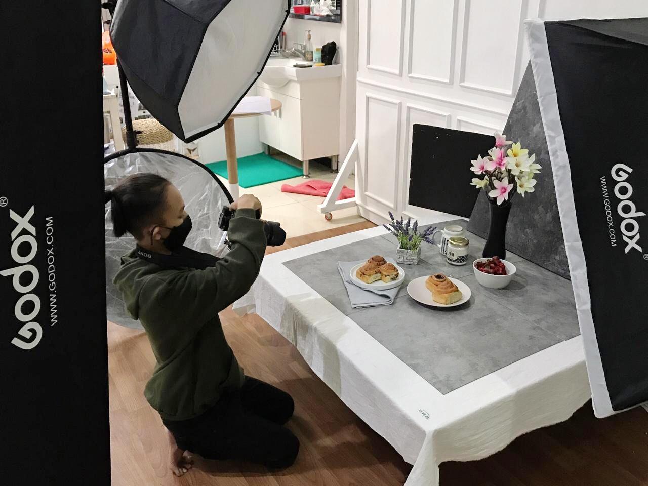 PRODUKTIF: Deo Putra Yuniarto, salah satu fotografer yang berasal dari Kabupaten Pati, saat tengah melakukan pemotretan food & product beberapa waktu yang lalu. (ISTIMEWA/LINGKAR.CO)