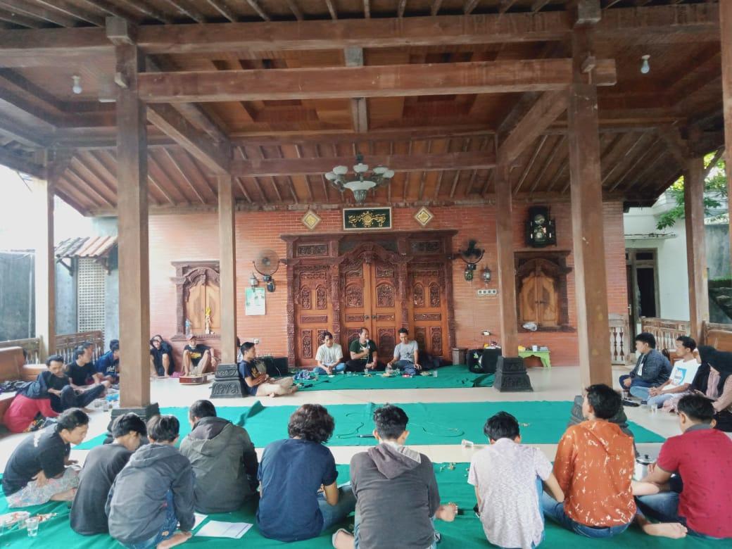 Sejumlah kelompok teater kampus di Pati lakukan diskusi di Pendopo Kertomulyo, baru-baru ini. Ezra for Lingkar.co