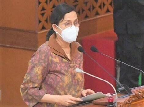 MENGUTARAKAN: Menteri Keuangan (Menkeu) Sri Mulyani Indrawati mwmbacakan pesan Presiden Joko Widodo dalam Sidang Kabinet Paripurna di Jakarta, Senin (5/7/21). (ANTARA/LINGKAR.CO)