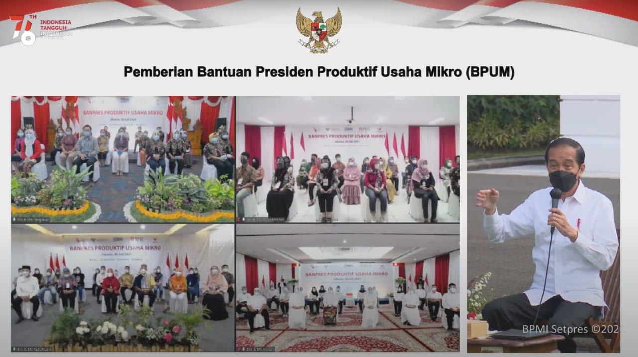 VIRTUAL: Presiden Jokowi menyerahkan BPUM Tahun 2021 secara simbolis kepada 20 perwakilan penerima, di Halaman Depan Istana Merdeka, Jakarta, Jumat (30/7/2021) pagi. (ISTIMEWA/LINGKAR.CO)