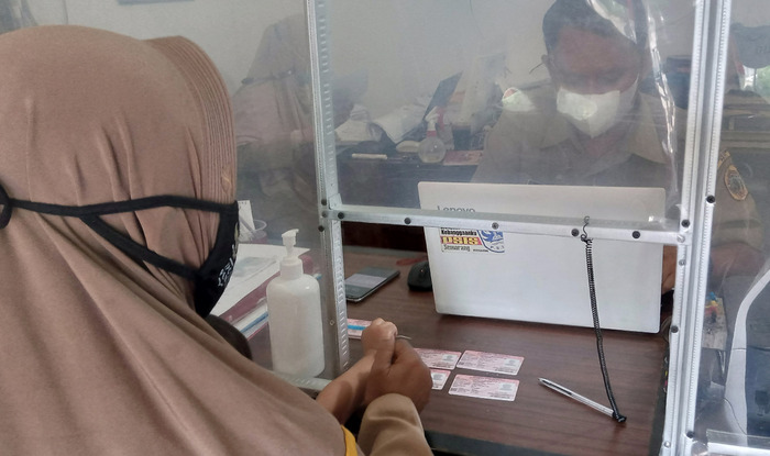 MENUNGGU: Masyarakat Kabupaten Pati sedang melakukan pengambilan KIA pada kantor kecamatan. (IBNU MUNTAHA/LINGKAR.CO)
