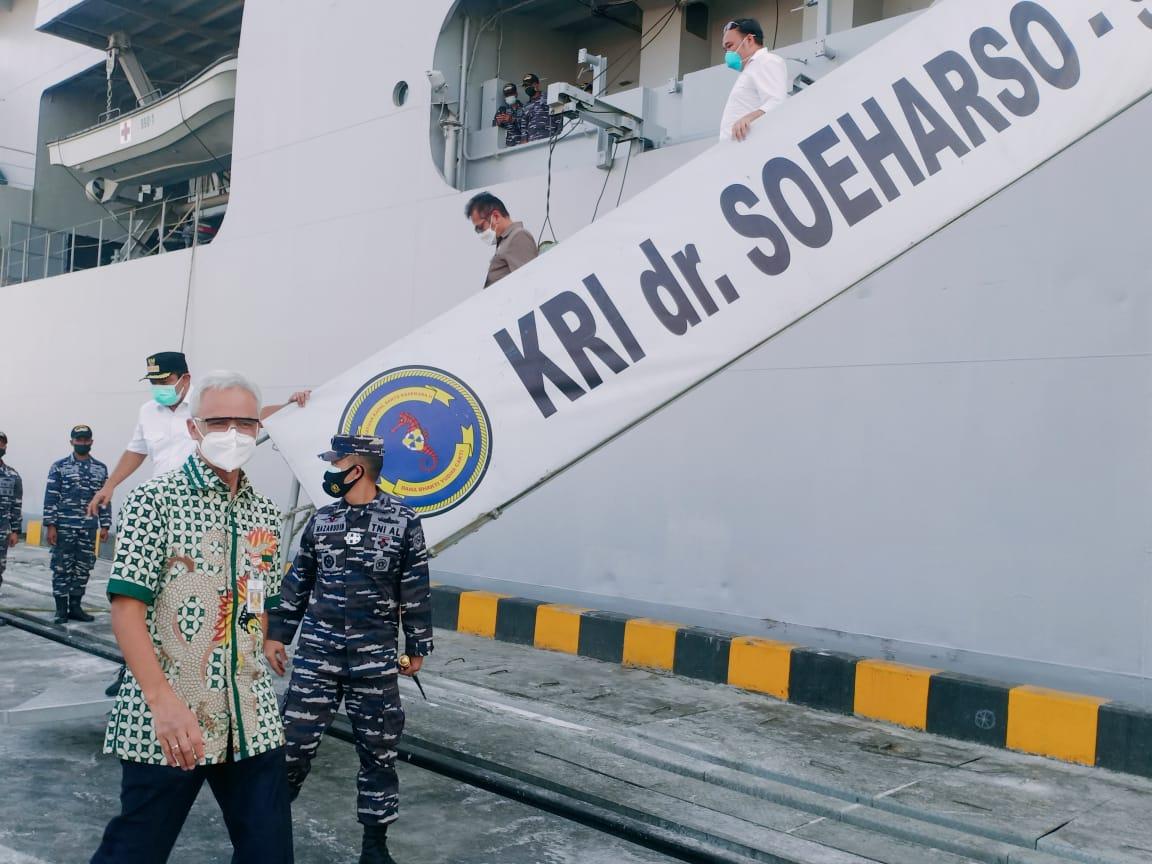 KUNJUNGAN: Gubernur Jateng, Ganjar Pranowo, meninjau KRI dr. Soeharso di Pelabuhan Tanjung Emas, Rabu (28/7/2021). (REZANDA AKBAR D/LINGKAR.CO)