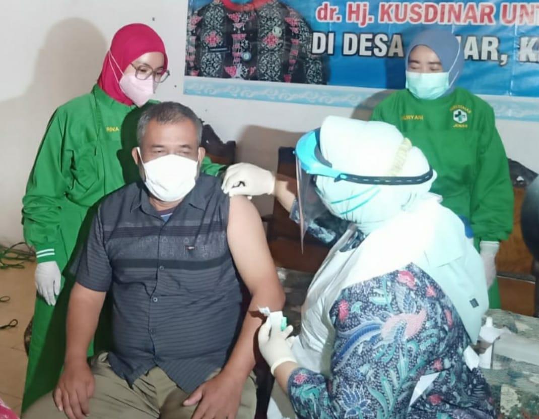 ANUGERAH: Samto, Kepala Desa (Kades) Jenar, Kabupaten Sragen tengah melakukan vaksinasi Covid-19. (ISTIMEWA/LINGKAR.CO)