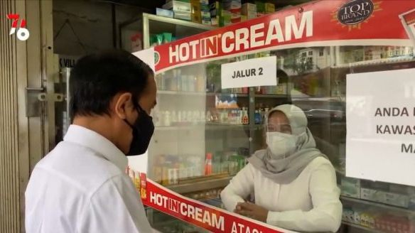 CEK: Presiden RI Joko Widodo, mencek ketersediaan obat terapi Covid-19 di salah apotek di Kota Bogor, Jumat (23/7/2021). Ternyata, stok obat di apotek itu kosong. (ISTIMEWA/LINGKAR.CO)