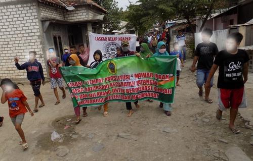 AKSI: Wargga Kecamatan Batangan, sedang melakukan aksi penolakan adanya tempat karaoke ilegal. (IBNU MUNTAHA/LINGKAR.CO)