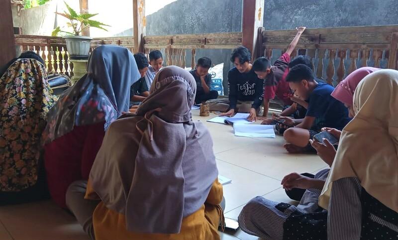 ANTUSIAS: Tampak sejumlah anak-anak antusias mengikuti kelas seni di Sanggar Pasinaon, Kabupaten Pati. (ISTIMEWA/LINGKAR.CO)