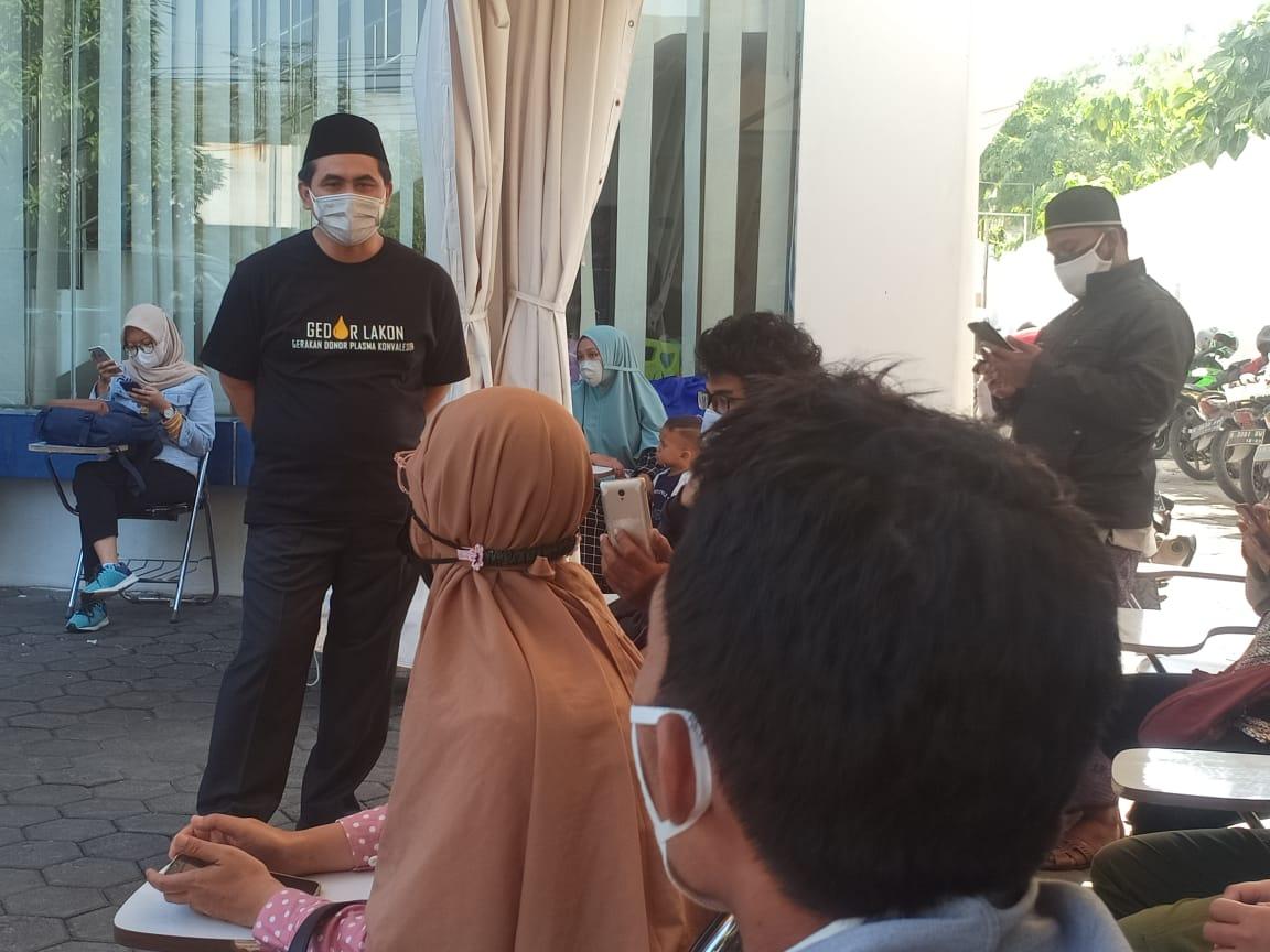 ANTRIAN: Wakil Gubernur Jateng, Taj Yasin Maimoen, mendatangi UDD PMI Kota Semarang untuk donor plasma konvalesen yang kedua, sekaligus memastikan stok plasma konvalesen, Selasa (27/7/2021). (REZANDA AKBAR D/LINGKAR.CO)
