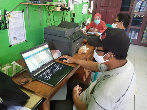 AKTIVITAS: Kegiatan inventarisir penduduk Kantor Desa Batursari belum lama ini. (IBNU MUNTAHA/LINGKAR.CO)