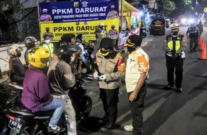 PERKETAT: Pihak Kepolisian memperketat penjagaan dalam penerapan kebijakan Pemberlakuan Pembatasan Kegiatan Masyarakat (PPKM) Darurat Jawa Bali, 3 Juli hingga 20 Juli 2021. (ANTARA/LINGKAR.CO)