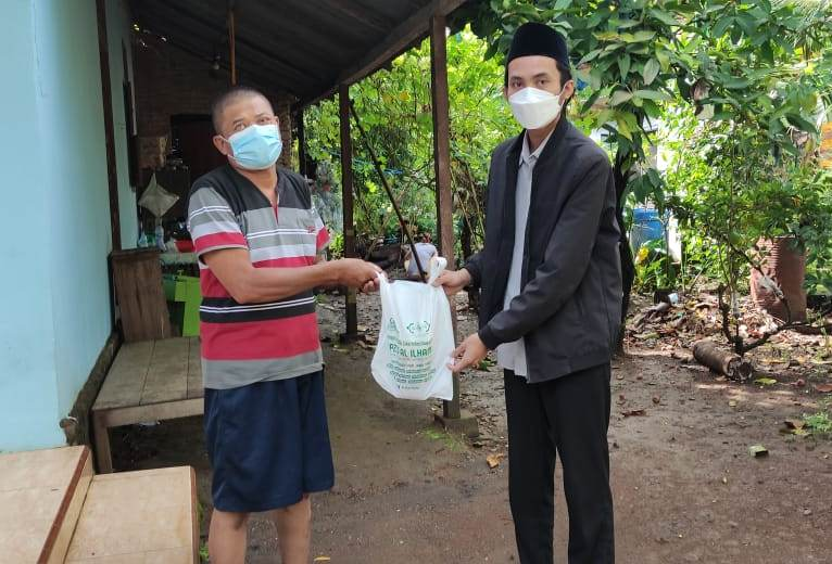BERBAGI: Masjid Jami' AL ILHAM membagikan makanan untuk warga yang menjalani isolasi mandiri di Desa Bakalan, Kecamatan Dukuhseti, Kabupaten Pati. (ISTIMEWA/LINGKAR.CO)