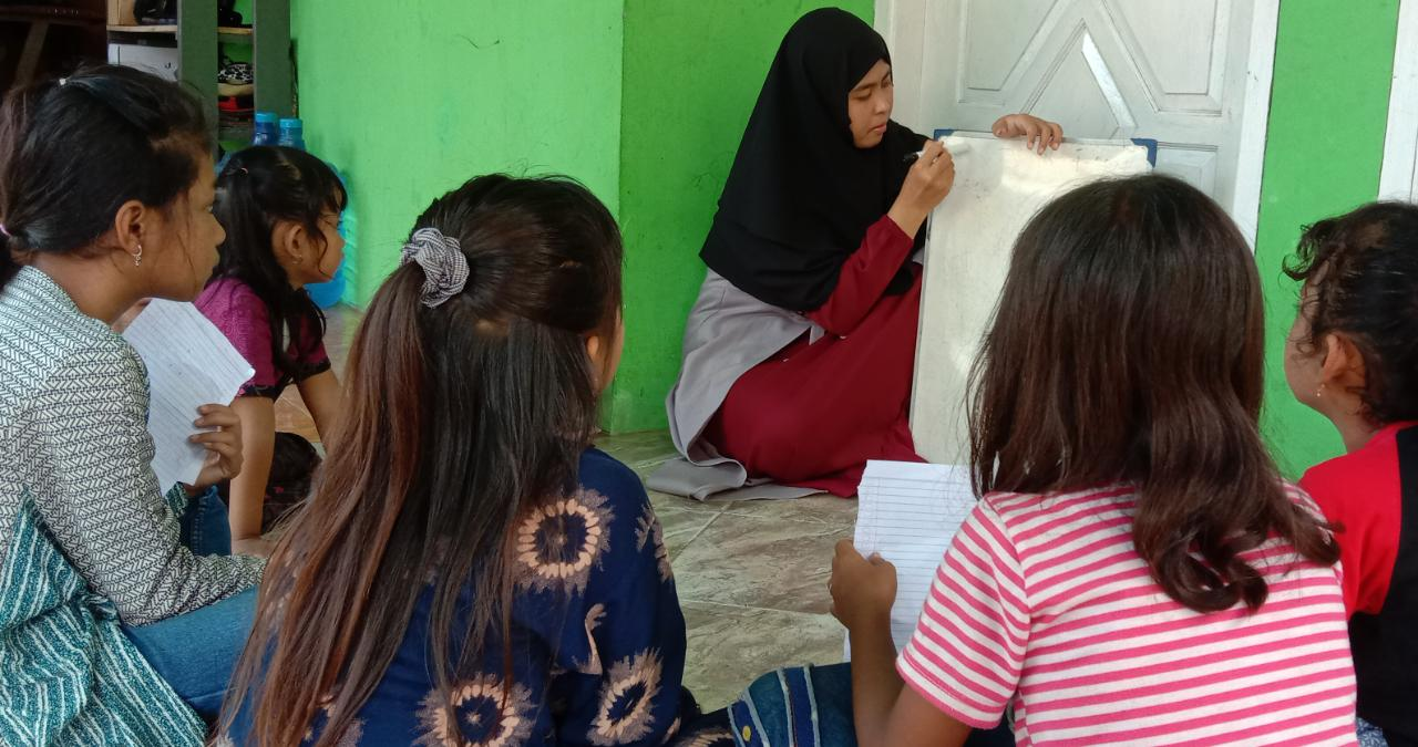 AKTIVITAS: Fenti, pemuda pelopor Pati sedang memberikan pengajaran kepada para anak sedulur sikep beberapa waktu yang lalu. (ISTIMEWA/LINGKAR.CO)