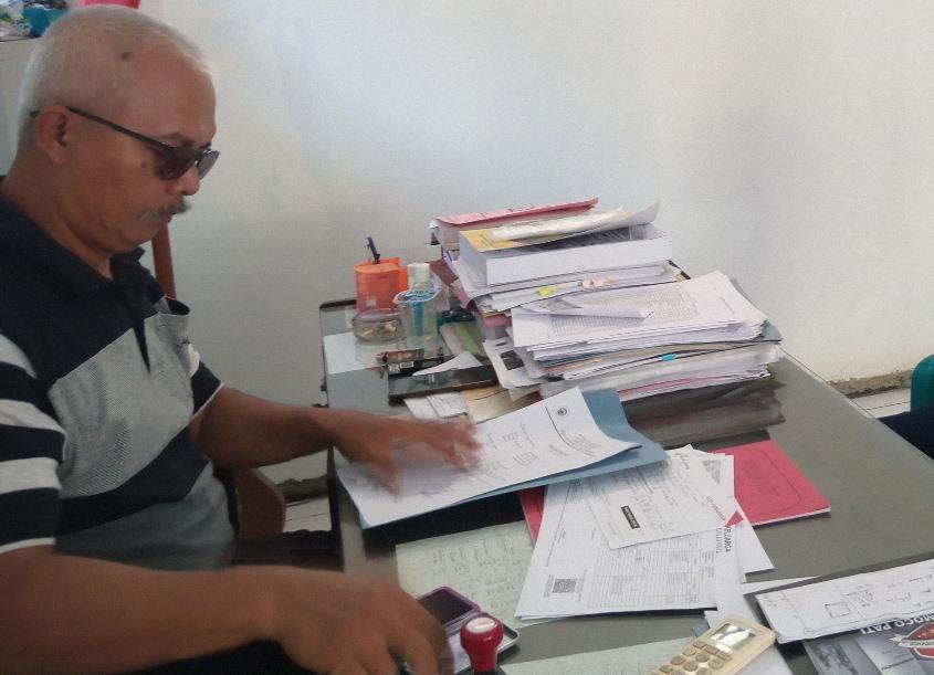 PENDATAAN: Warga Desa Muktiharjo, Kecamatan Margorejo sedang meminta surat pengantar dari kepala desa setempat. (IBNU MUNTAHA/LINGKAR.CO)