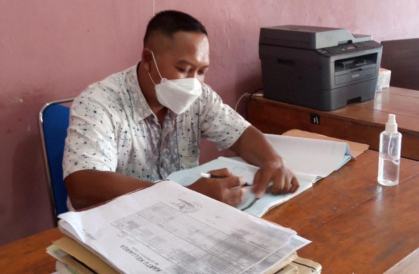 ADMINISTRASI: Pemerintah Desa Mangunlegi sedang melakukan pemeriksaan data kependudukan. (IBNU MUNTAHA/LINGKAR JATENG)