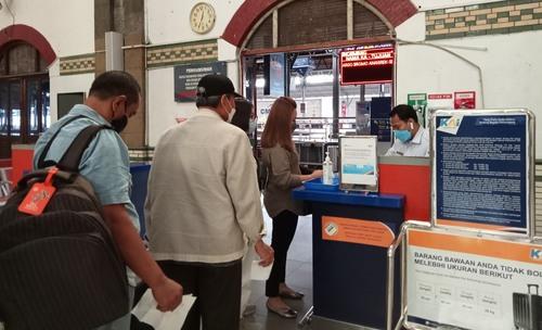 SUASANA: Calon penumpang KA wajib memenuhi persyaratan perjalanan selama masa PPKM. FOTO: (Dinda Rahmasari Tunggal Sukma/Lingkar.co)