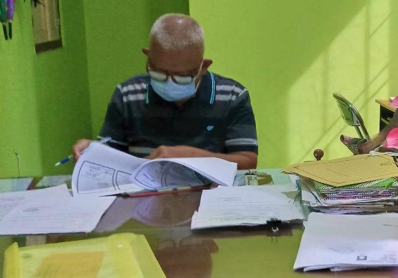 TERTIB : Warga Desa Kutoharjo sedang mengajukan permohonan berkas di kantor desa kemarin, Selasa (13/7/21). (IBNU MUNTAHA/LINGKAR.CO)