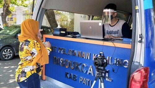 INOVASI: Aplikasi Tarjilu Okke, Petugas Disdukcapil Pati sedang melakukan penginputan data kependudukan di mobil layanan, saat membuka pelayanan di halaman Setda Kabupaten Pati belum lama ini. (IBNU MUNTAHA/LINGKAR.CO)