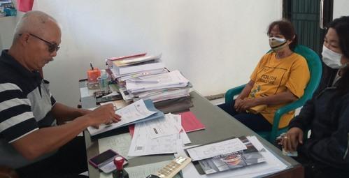 MENUNGGU : Warga Desa Muktiharjo saat meminta pengesahan kepada Kepala Desa pada surat pengantar yang diterbitkan oleh pemerintah desa setempat. (IBNU MUNTAHA/LINGKAR.CO)