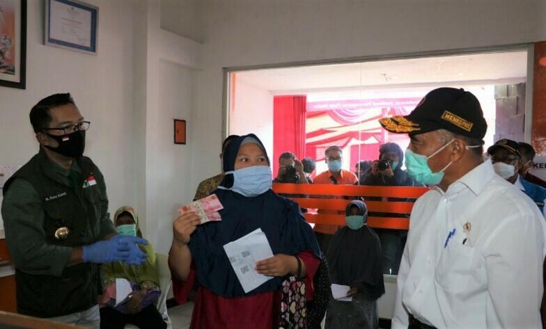 BERDIALOG: Menteri Koordinator Bidang Pembangunan Manusia dan Kebudayaan Muhadjir Effendy (kanan) saat berdialog dengan perwakilan keluarga penerima bantuan sosial pemerintah. (ANTARA/HO-Humas Kemenko PMK). (ANTARA/LINGKAR.CO)