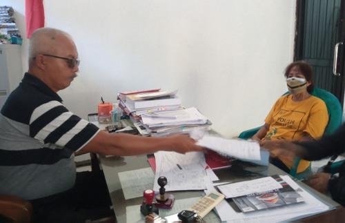 MENUNGGU: Masyarakat Desa Muktiharjo sedang mengajukan permohonan berkas kepada kepala desa setempat belum lama ini. (IBNU MUNTAHA/LINGKAR.CO)