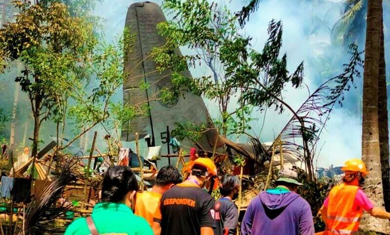 PERISTIWA: Pesawat Militer Filipina yang mengangkut 96 penumpang anggota militer Filipina terjatuh, Minggu (4/7/21). (ANTARA/LINGKAR.CO)