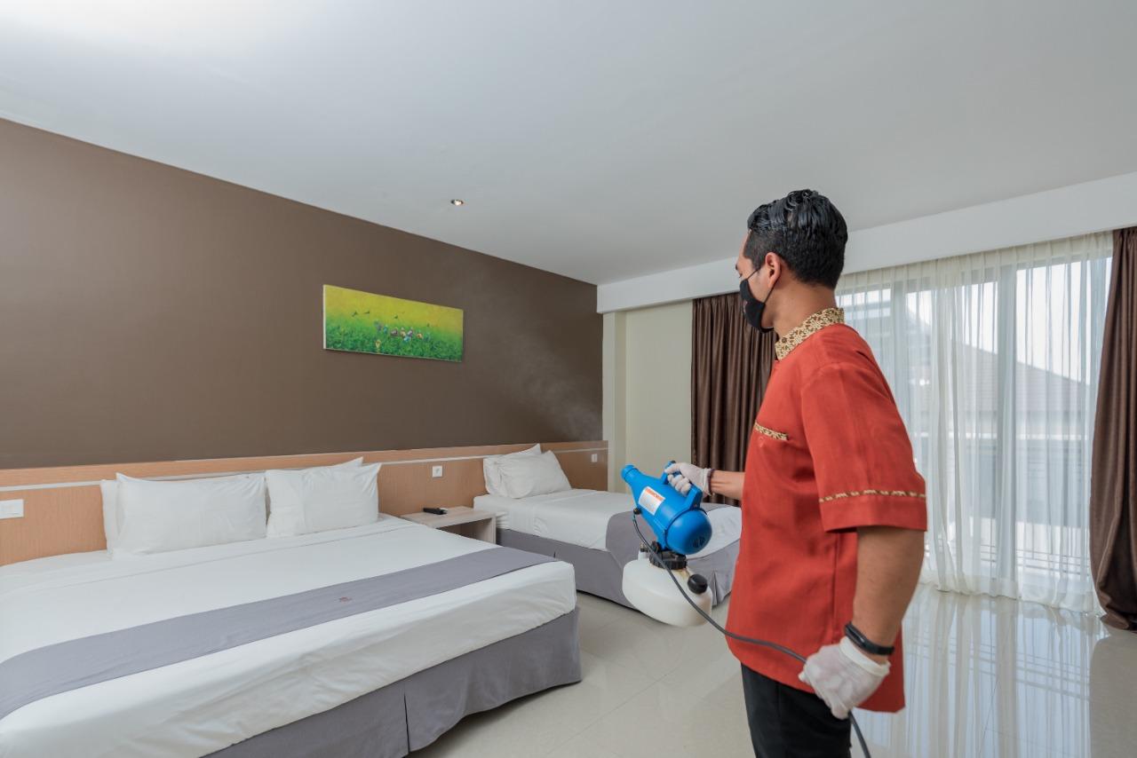Seorang karyawan hotel di kawasan Tawangmangu tengah melakukan penyemprotan desinfektan di kamar hotel. Sektor perhotelan meminta stimulus kepada pemerintah karena merasa terdampak dengan kebijakan PPKM Darurat. PUJOKO/KORANLINGKARJATENG