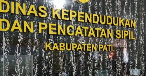 TERTIB: Suasana pelayanan Kantor Dinas Kependudukan dan Pencatatan Sipil (Disdukcapil) Kabupaten Pati. (IBNU MUNTAHA/LINGKAR.CO)