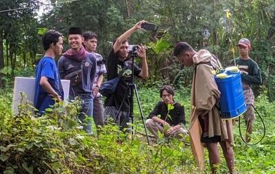 PRODUKTIF: Proses pembuatan film pertama oleh teater sanggar pasinaon, Pati, belum lama ini. (ISTIMEWA/LINGKAR.CO)