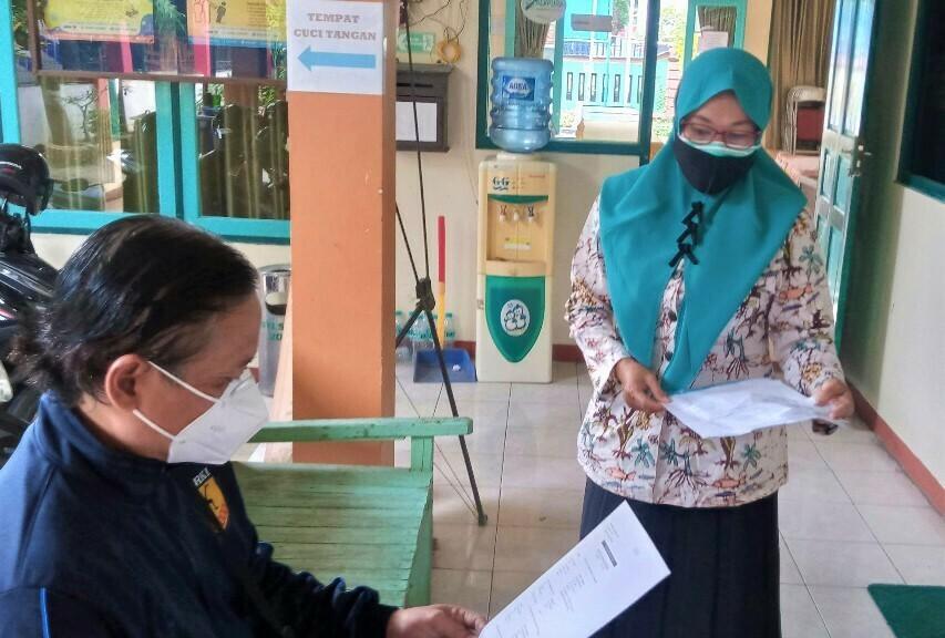 SEKSAMA: Petugas Kelurahan Pati Kidul sedang melakukan pemeriksaan pada berkas pengajuan yang dibawa oleh warga setempat belum lama ini. (IBNU MUNTAHA/LINGKAR.CO)