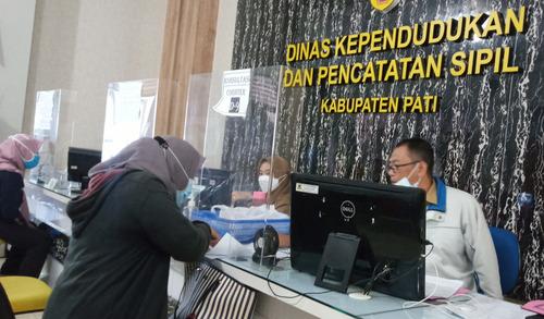 TELITI: Warga Kabupaten Pati saat melakukan pengurusan berkas kependudukan kemarin, Rabu (14/7/21). (IBNU MUNTAHA/LINGKAR.CO).