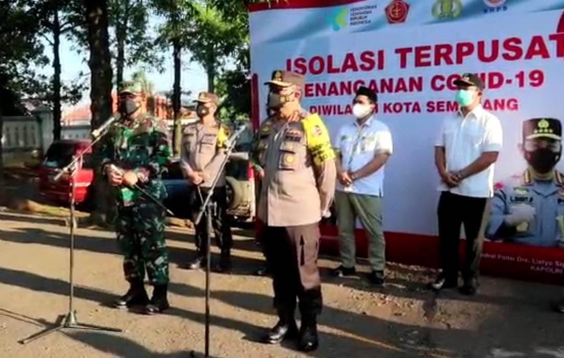 KUNJUNGAN: Panglima TNI, Marsekal Hadi Tjahjanto, beserta rombongan menyapa pasien Covid-19 di tempat isolasi terpusat Rumah Dinas Wali Kota Semarang, Minggu (25/7/2021). (REZANDA AKBAR D/LINGKAR.CO)