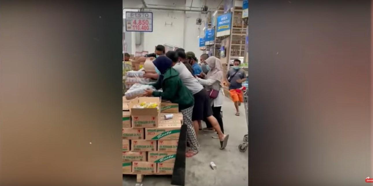 Tangkapan layar video viral masyarakat berebut untuk membeli susu steril merek bear brand di salah satu pusat perbelanjaan. ISTIMEWA/LINGKAR.CO