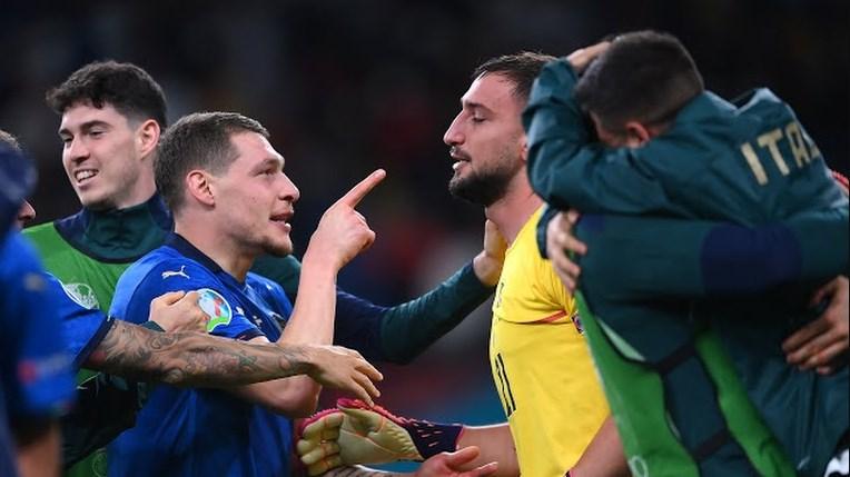 Para pemain italia tengah merayakan kemenangan setelah menang adu penalti melawan Spanyol dengan hasil 4-2 di laga Semifinal Euro 2020 di Stadion Wembley, Rabu (7/7/2021) dini hari. MUHAMMAD NURSEHA/LINGKAR.CO
